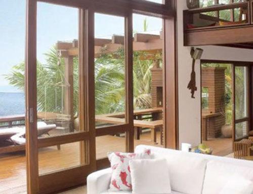 Valorize os ambientes com portas de madeira com vidro.